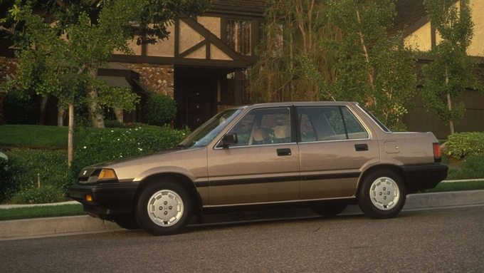 Thế hệ thứ ba có thêm phiên bản sedan.