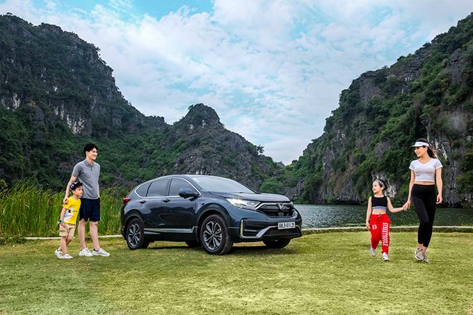Một gia đình đi dã ngoại với Honda CR-V.